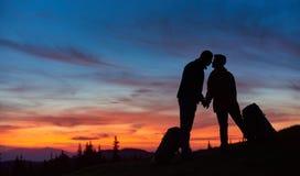 Par som tillsammans fotvandrar i bergen royaltyfri bild