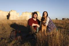 Par som tillsammans fotvandrar i vildmarken fotografering för bildbyråer