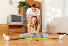 Par som tillsammans gör vanliga övningar Arkivfoton