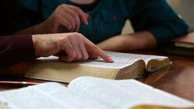 Par som tillsammans läser bibeln arkivfilmer