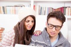 Par som tillsammans läser en bok arkivfoto