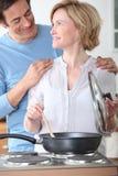 Par som tillsammans lagar mat royaltyfri bild