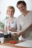 Par som tillsammans lagar mat Arkivbilder