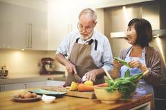 Par som tillsammans lagar mat njutningbegrepp Royaltyfri Fotografi