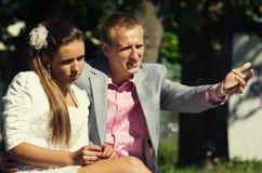 Par som tillsammans sitter Fotografering för Bildbyråer
