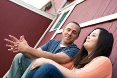 Par som tillsammans talar Fotografering för Bildbyråer