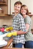 Par som tillsammans tvättar sig upp på vasken Arkivfoto