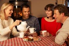 Par som tillsammans tycker om Tea och caken Arkivfoto