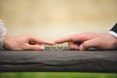 Par som trycker på cirklar Arkivfoton