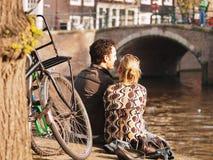 Par som tycker om Amsterdam Arkivbild