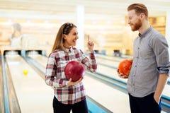 Par som tycker om att bowla tillsammans Arkivbilder