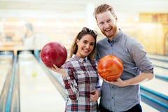 Par som tycker om att bowla tillsammans Royaltyfri Foto