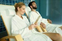 Par som tycker om behandlingar och att koppla av för brunnsort Arkivfoton