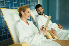 Par som tycker om behandlingar och att koppla av för brunnsort Arkivfoto