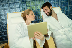 Par som tycker om behandlingar och att koppla av för brunnsort Royaltyfria Bilder