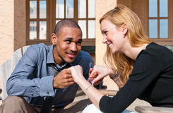 par som tycker om blandat ögonblick fotografering för bildbyråer