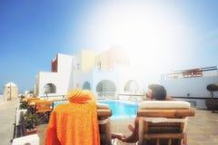 Par som tycker om bröllopsresan i Santorini Royaltyfria Bilder