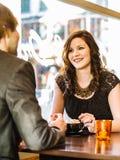Par som tycker om cappuccino på restaurangen Fotografering för Bildbyråer
