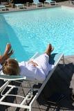Par som tycker om den lyxiga semesterorten av simbassängen Royaltyfri Bild