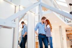 Par som tycker om deras moderna nya lägenhet Fotografering för Bildbyråer