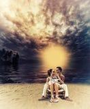 Par som tycker om deras sommarferier Arkivbilder