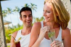 Par som tycker om drinkar Royaltyfri Foto