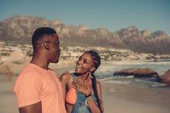 Par som tycker om en dag på stranden Royaltyfri Bild