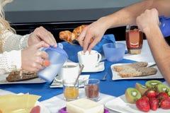 Par som tycker om en stor frukost Arkivbild