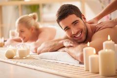 Par som tycker om en tillbaka massage royaltyfri fotografi