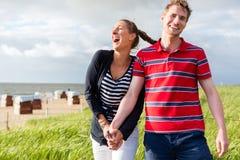Par som tycker om ferie i stranddyn Royaltyfria Bilder