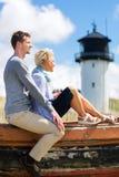 Par som tycker om ferie i stranddyn Royaltyfri Fotografi