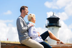 Par som tycker om ferie i stranddyn Royaltyfria Foton