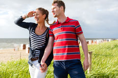 Par som tycker om ferie i stranddyn Royaltyfri Bild