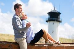 Par som tycker om ferie i stranddyn Arkivbild