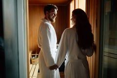 Par som tycker om finlandssvensk bastu Arkivbilder