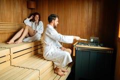 Par som tycker om finlandssvensk bastu Fotografering för Bildbyråer