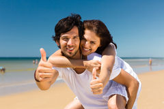 Par som tycker om frihet på stranden Royaltyfria Foton