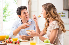 Par som tycker om frukosten Arkivbild