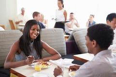 Par som tycker om frukosten i hotellrestaurang Arkivbild