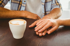 Par som tycker om händer för ett kaffeinnehav Royaltyfria Bilder