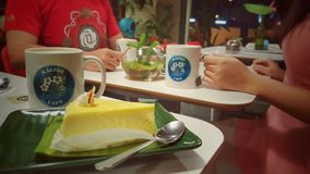 Par som tycker om kaffe i kafé Arkivfoton