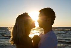 par som tycker om krama sommarsolnedgång royaltyfria foton