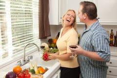 par som tycker om lycklig eveing Fotografering för Bildbyråer