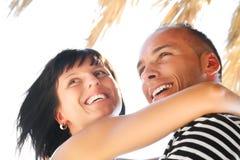 par som tycker om lyckligt feriesommarbarn Arkivbilder