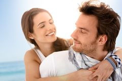 par som tycker om lyckligt sommarsemesterbarn arkivfoton