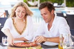 Par som tycker om mål i utomhus- restaurang Arkivfoton