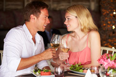 Par som tycker om mål i restaurang Arkivfoton