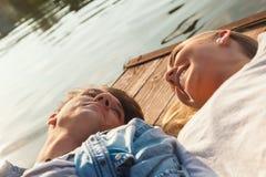 Par som tycker om nära floden Royaltyfri Foto