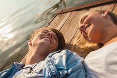 Par som tycker om nära floden Arkivfoto