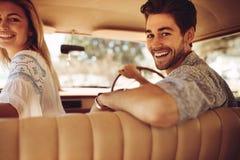 Par som tycker om på en vägtur arkivfoto